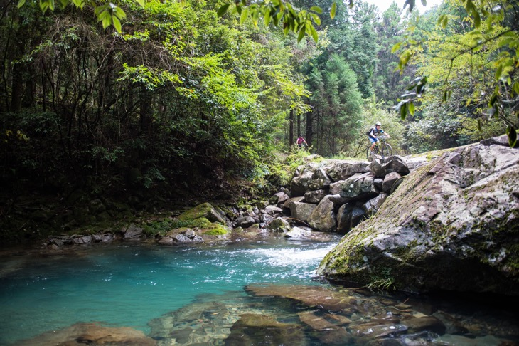 美しい清水が流れる沢を渡っていく。