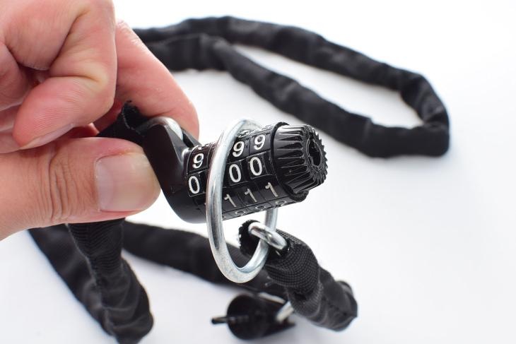 麻は4桁のダイヤル式ロックを採用している