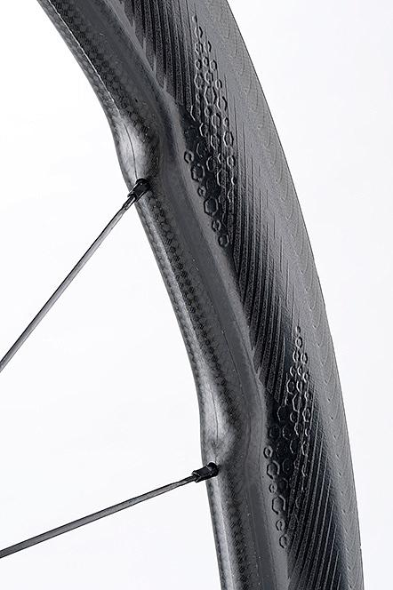 スポークベッド付近まで幅を持たせたワイドリム設計