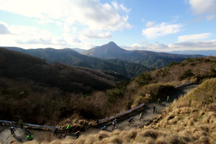 足柄の山並みの向こうに雪をかぶった富士山が見えていた。10数台のSLATEが下りへと入っていく