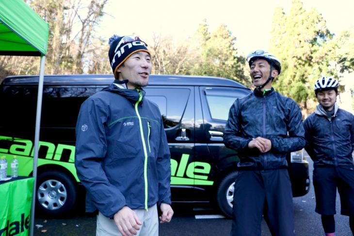 ウォークライドの須田コーチとカズさんの挨拶でブリーフィングが進んでいく