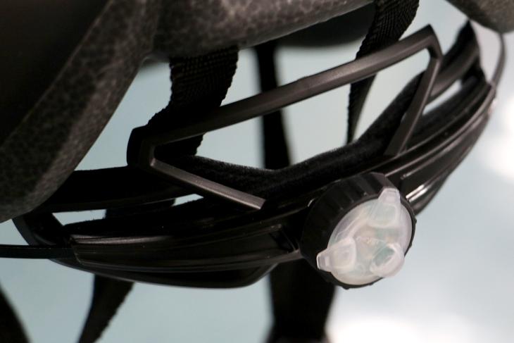 赤色LEDが搭載されたアジャスターは周囲からの視認性を高め、安全性に貢献する