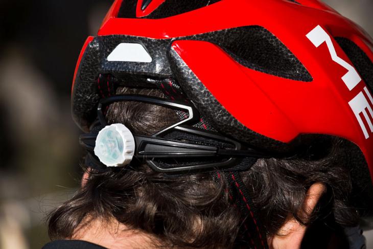 明るいところではヘルメットのデザインに溶け込むアジャスター