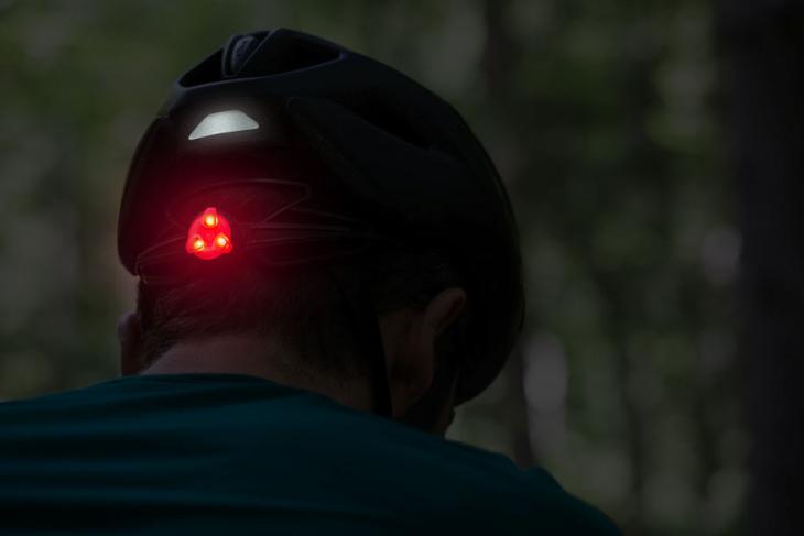 後頭部の赤色LEDとリフレクターは安全性を高める