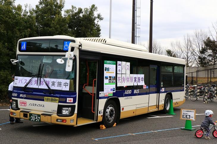 京王バスの協力でバスの死角を体験するコーナーが設けられた