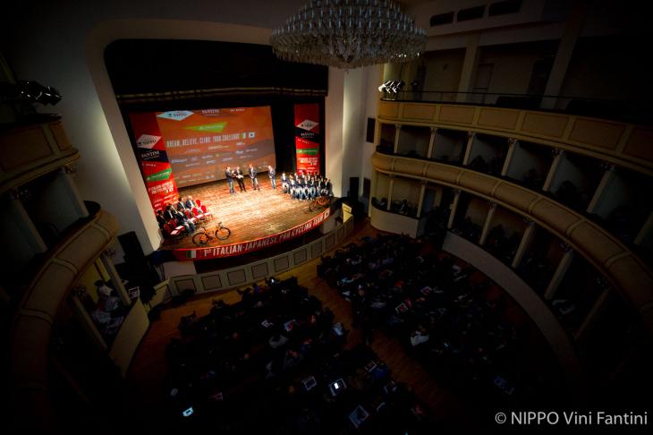 プレゼンはオペラ劇場で華やかに開催された