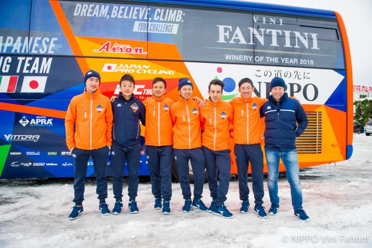 雪の降るなか、予定を変更してラ・スペツィアに向かう選手たち