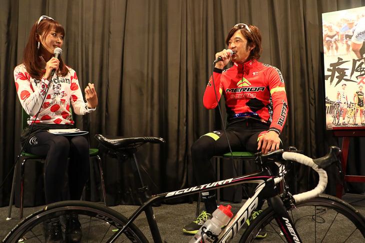 鈴木真理選手(宇都宮ブリッツェン)と絹代さんのトークショー: photo:Makoto.AYANO