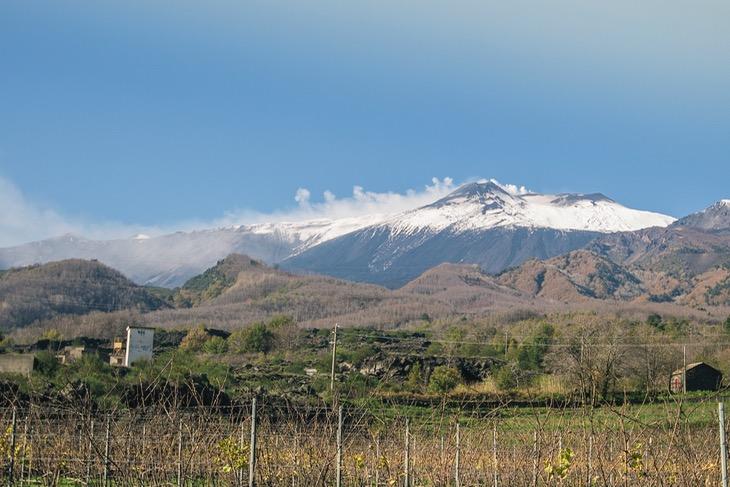 頂上付近に雪をかぶったエトナ火山。シチリア島の象徴とも言える存在だ