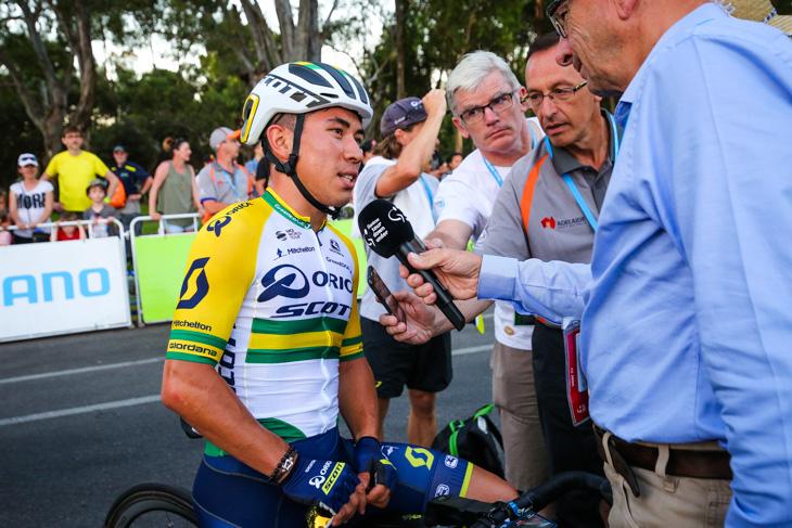 優勝者インタビューを受けるカレイブ・ユアン(オーストラリア、オリカ・スコット)