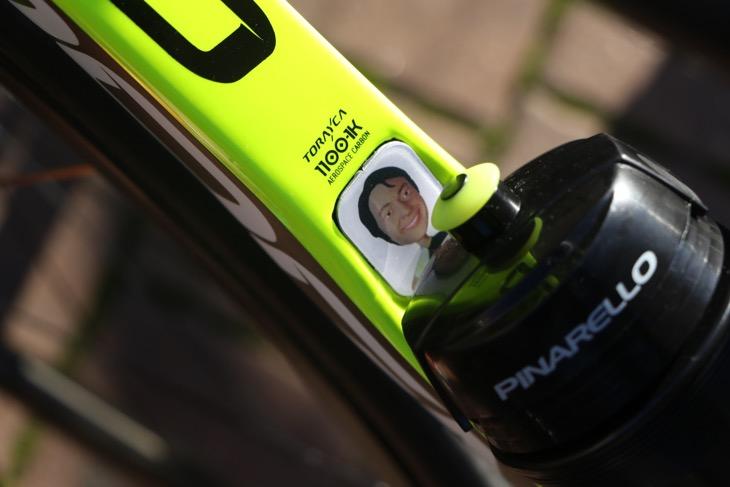 ファウスト氏のバイクに貼られていた、eLinkシステムをカバーする似顔絵シール