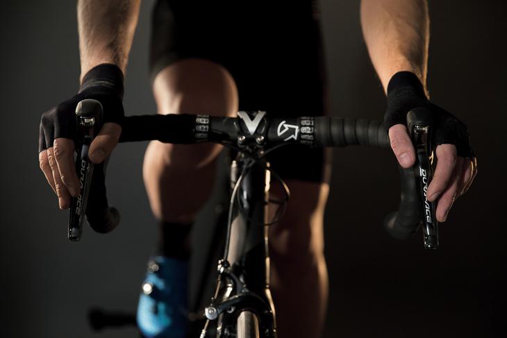 シマノのグローブで最もバイクコントロール性に優れたグローブとしてS-PHYREモデルが登場