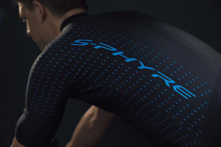 肩周りをシームレスデザインとすることで、空気抵抗を削減した