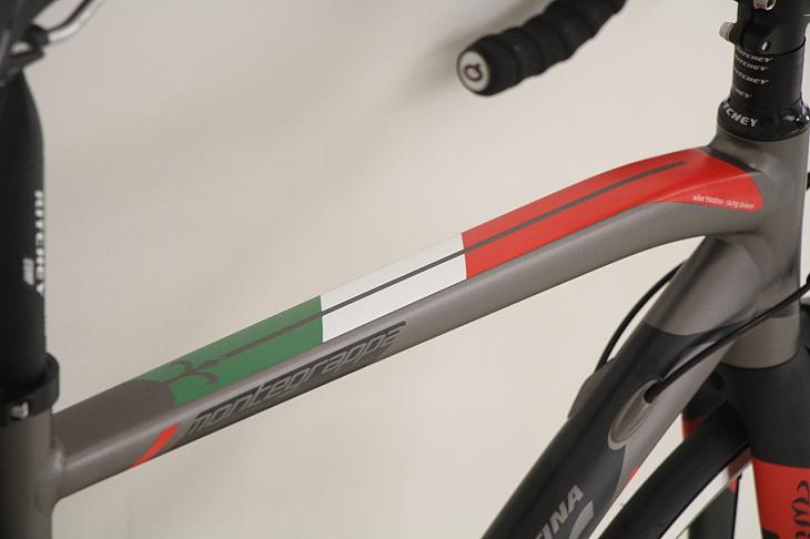 トップチューブ上部にはイタリアカラーのトリコロールが施される
