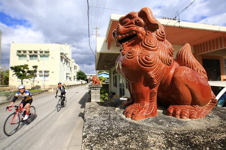 シーサーが見守る沖縄の道