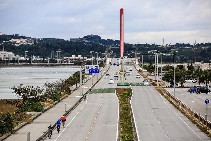 歩道橋の上から望める海中道路、スケールの大きさが伝わるだろうか