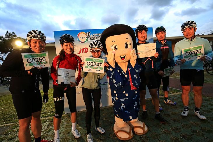 恩納村のキャラクター「ナビーちゃん」とともに完走の記念撮影