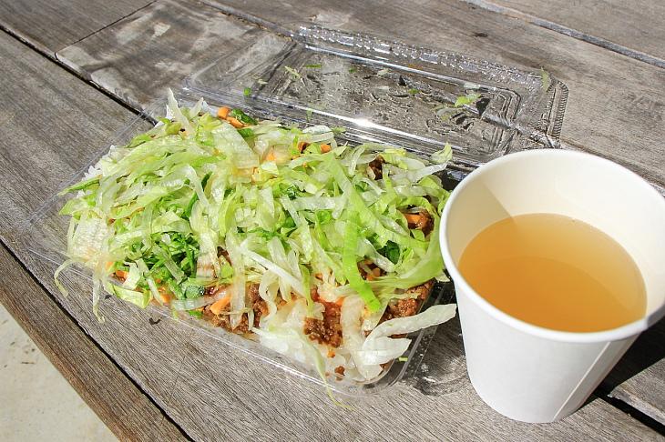 昼食は金武町が発祥の地とされるタコライス