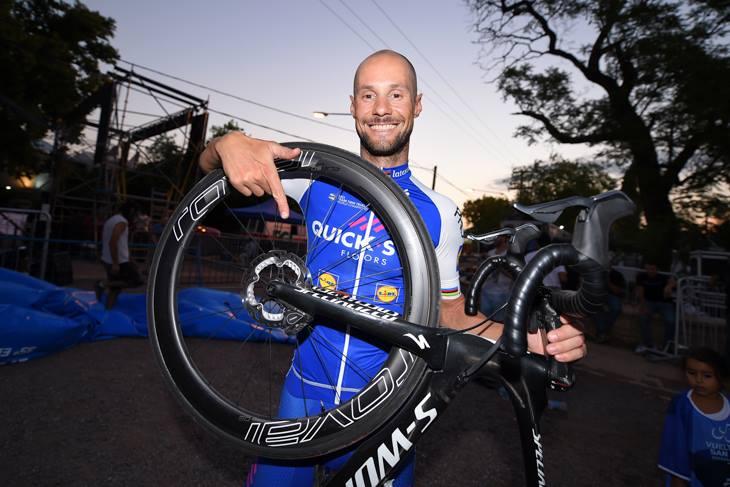 初のディスクブレーキバイクによるUCIロードレース勝利をアピールするトム・ボーネン(ベルギー、クイックステップフロアーズ)