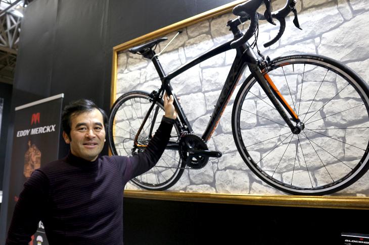 今年からブランドアンバサダーとしてエディメルクスのバイクに乗る三船雅彦さん。ロードでは写真のMourenx69を駆る
