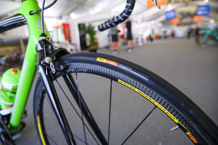 ホイールとタイヤはマヴィックだが、パターンが製品版とは異なる