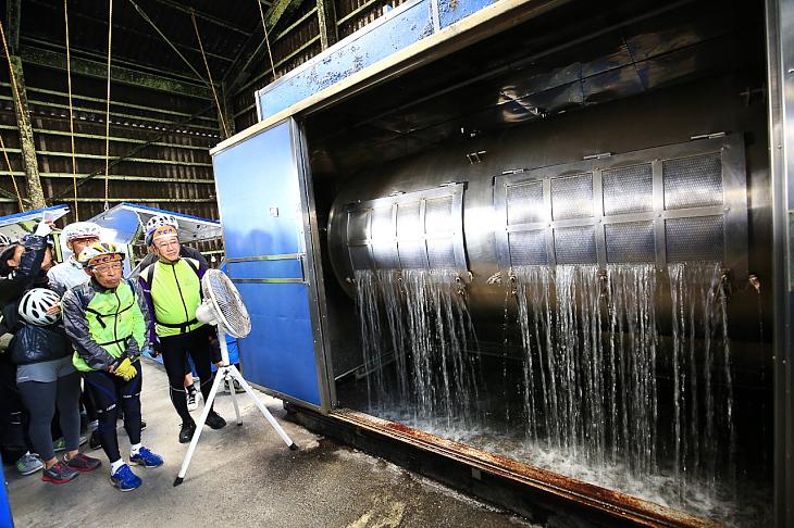 米の浸漬が終わり排水している様子、この後蒸す作業へ移る