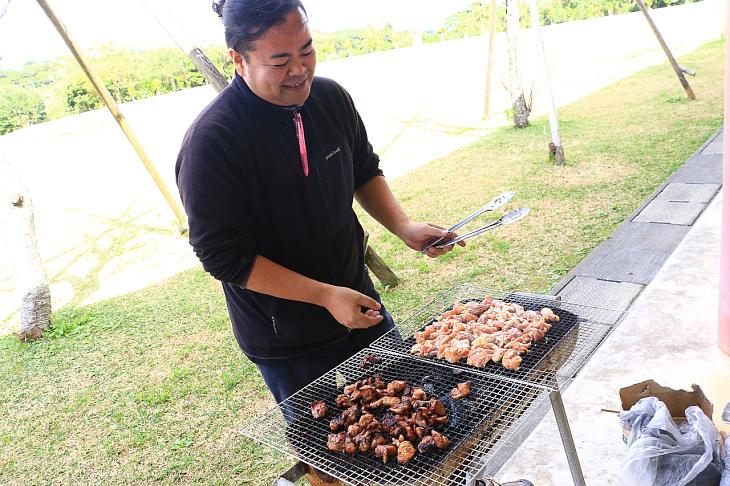 地元産の羽地鶏を炭火焼きで調理