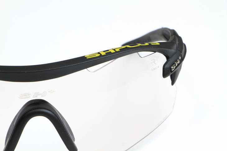 レンズ上部に通気用の穴が設けられており、レンズ内が曇る心配も少ない