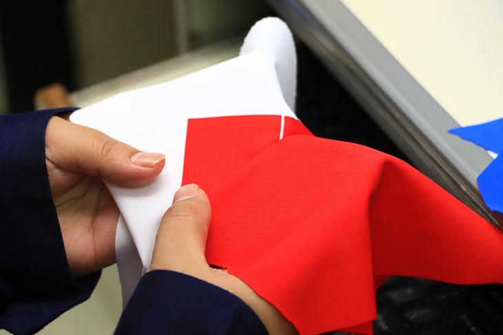 カラーマッチング部門では色指定とプリント生地の色の誤差を徹底的にチェックする