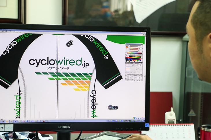 イラストレーターソフトを使用して手早くデザインをアレンジしていく