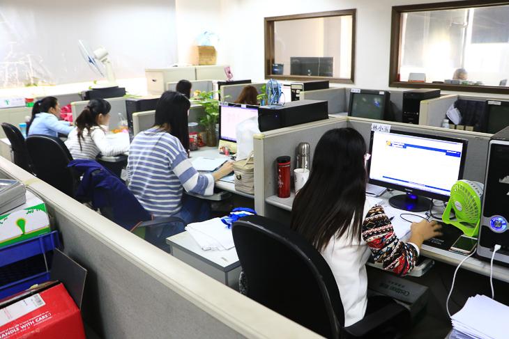 オンラインで品質を管理する女性スタッフたち