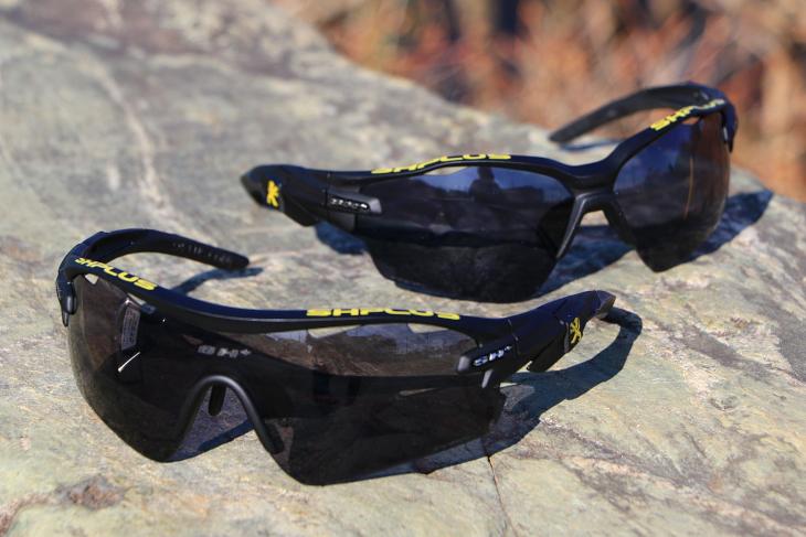 穏やかにクリア度が変化する調光レンズが用いられている