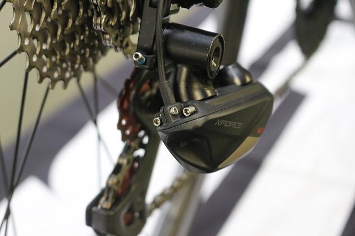 従来のディレイラー同様にアジャスタボルトは配される。ケーブルはネジ止めにより挟み込むことで固定される