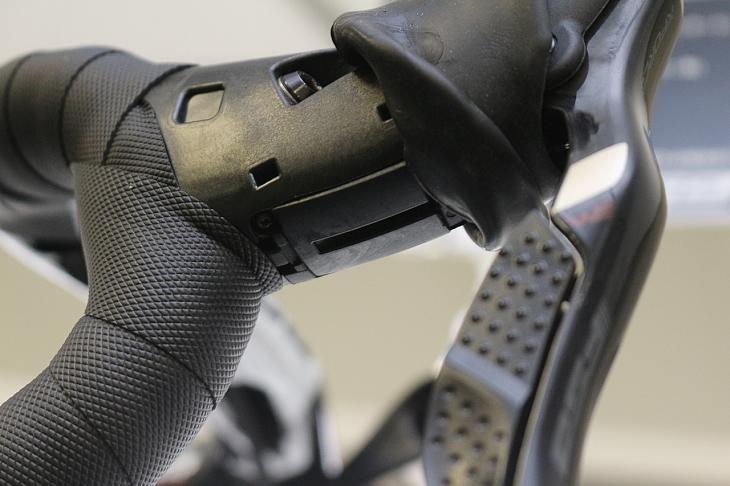 他社のシフターと同様に下側からブレーキワイヤーを通し、サイドのネジより位置を固定する