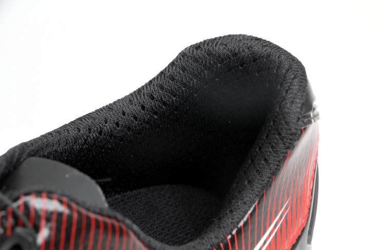 アキレス腱周りにはクッションを配置することで、快適な着用感を実現している
