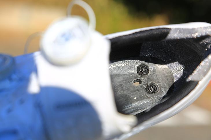 インソールを外すとカーボンのアウトソールが姿を表す。ペダルとの距離が従来モデルより3.2mm近くなり、よりダイレクトな踏み心地を実現