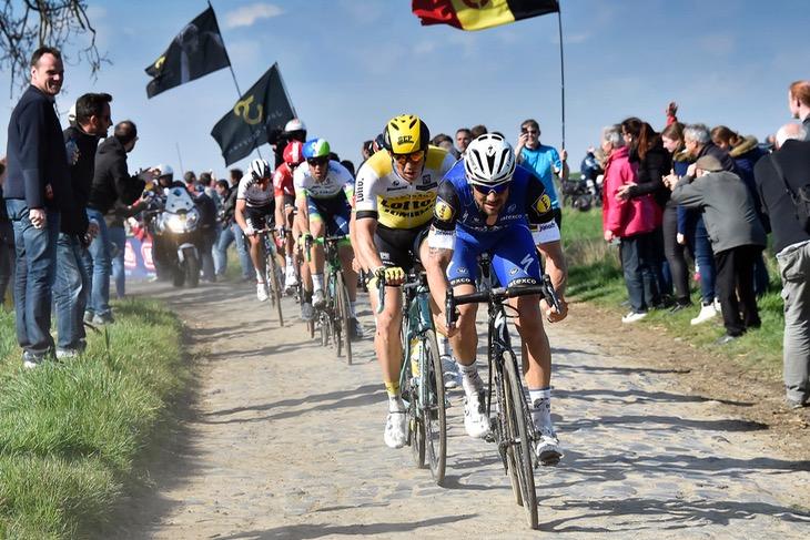 集団先頭でパリ〜ルーベのパヴェを突き進むトム・ボーネン(ベルギー、クイックステップフロアーズ)。その走りを支えるのは今も昔もRoubaixだ