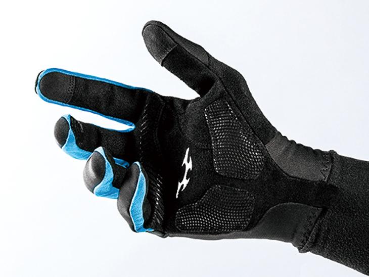 手のひら側は耐久性と軽さに優れたクラリーノを採用する