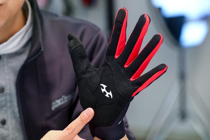 手のひら側に薄くて丈夫な生地を採用して素手感覚を追求している