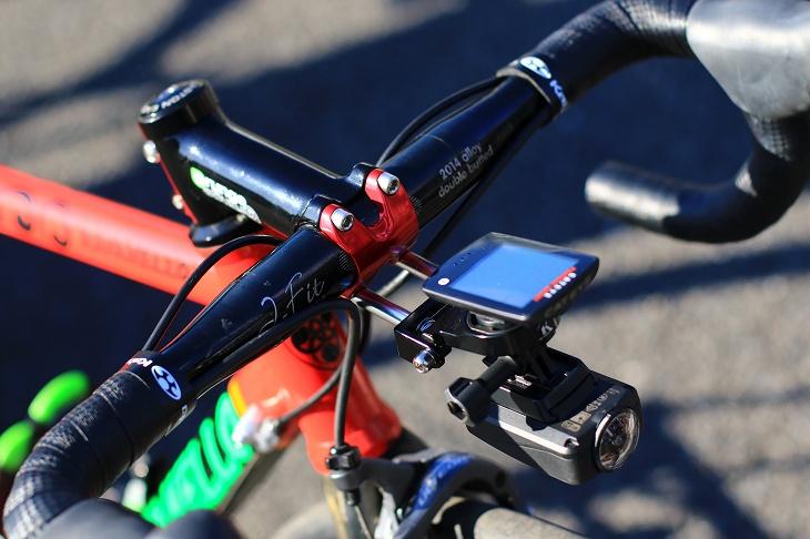 ハンドルはディズナのJ-fit、そしてレックマウントでキャットアイのサイクルコンピューターとシマノのスポーツカメラを搭載