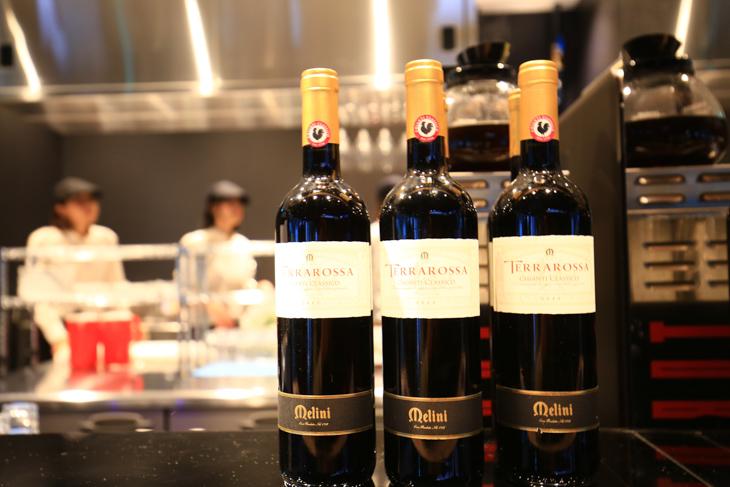 カフェスペースではクラフトビールやワインも提供可能だ