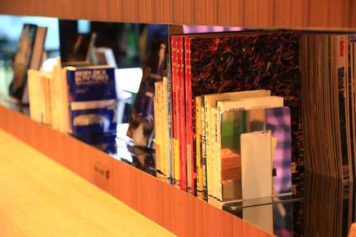 カフェスペースには釣りや自転車関連書籍が置かれ、読むことができる