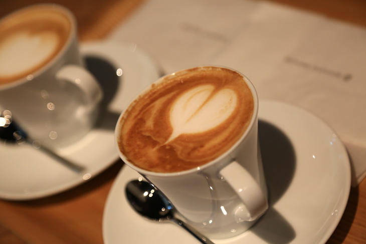カフェで出されるラテアートのコーヒー