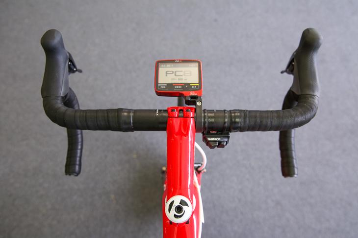 ハンドルとバーテープは黒だが、ステムとSRMのコンピューターは赤