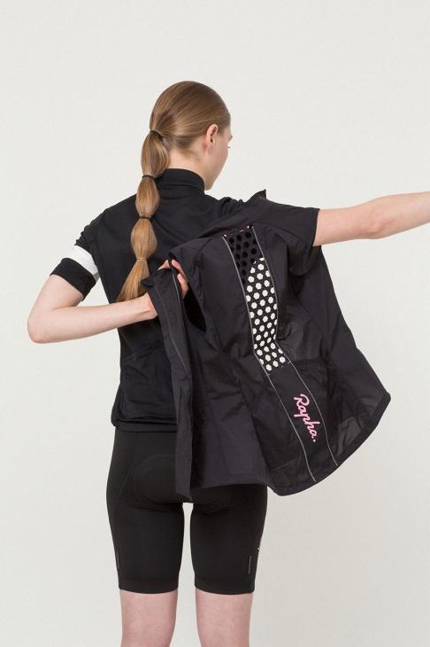 背中部分は手織りのベンチレーションホールを備え抜群の通気性を誇る