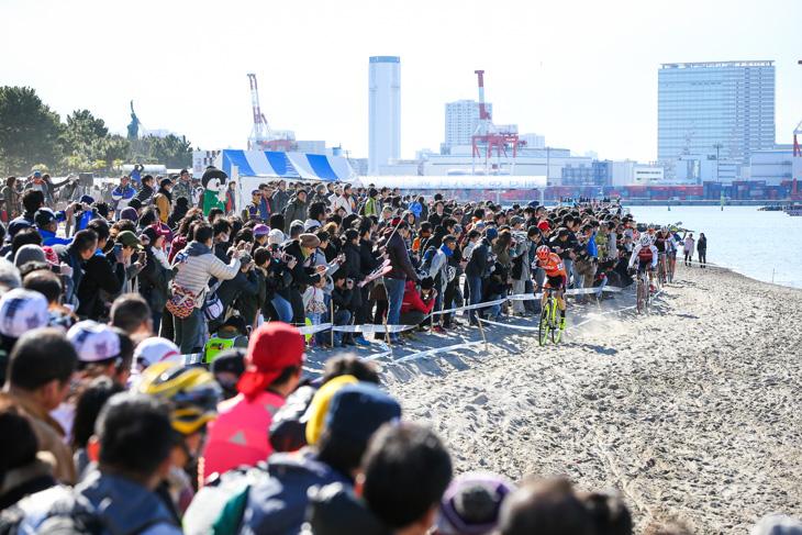 大観衆が集う中開催された男子エリート。1周目から先頭に立つスティーブ・シェネル(Cross Team by G4): photo:Kei Tsuji / www.cyclocrosstokyo.com