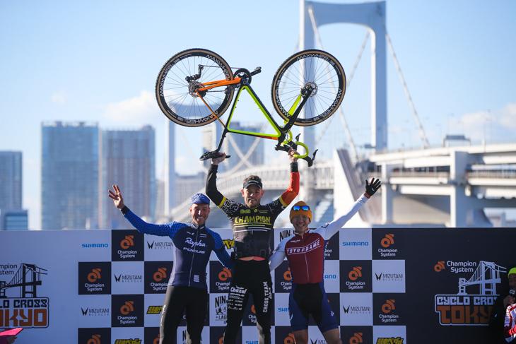 エリート男子表彰台: photo:Kei Tsuji / www.cyclocrosstokyo.com