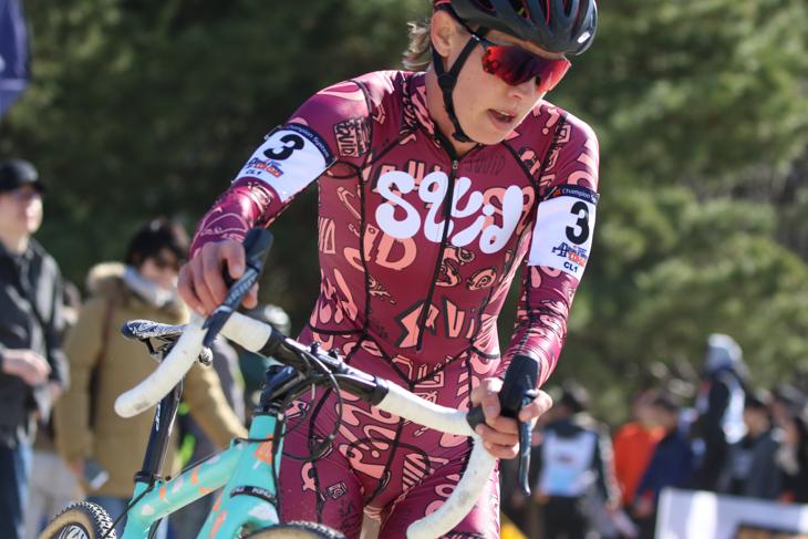 奇抜なデザインのsquid pro teamのジャージで走るエミリー・カチョレク