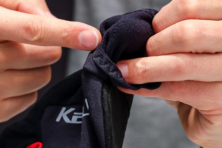 ストレッチ性をもつ薄手のフリース素材を採用。保温性を保ちつつ高い操作感を生み出している