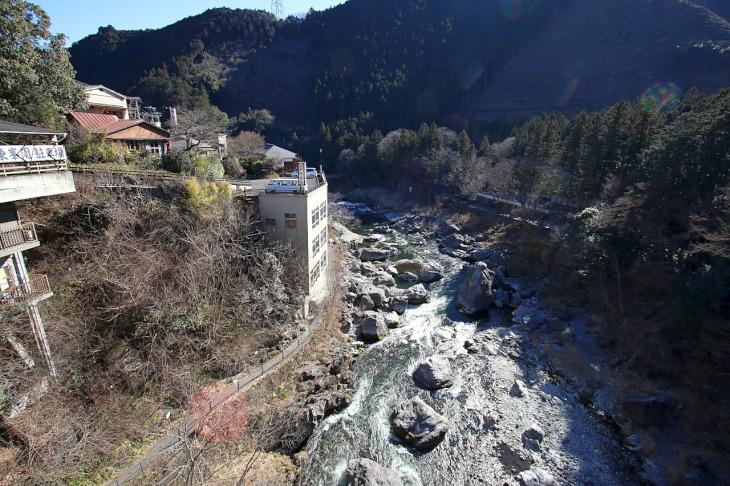 駅前に架かる御岳橋から御岳渓谷を見下ろす。